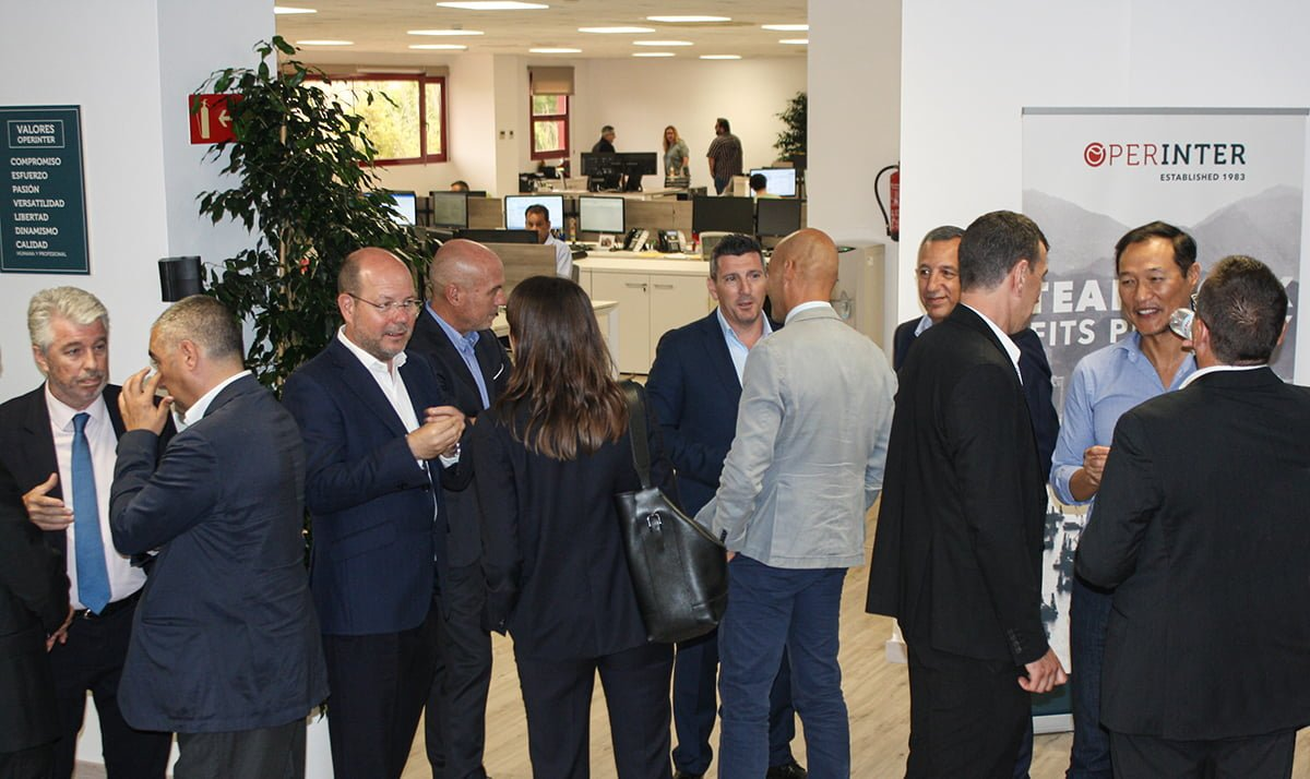 The inauguration brought together clients and professionals from the logistics sector.