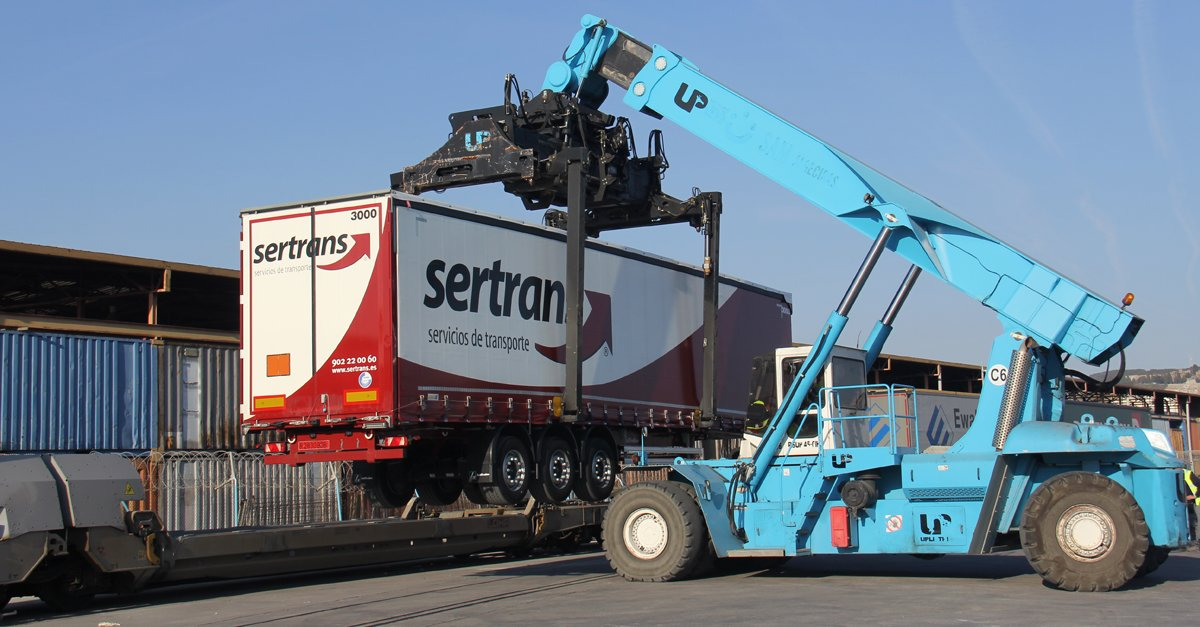 Reach stacker en la plataforma intermodal de Can Tunis en Barcelona
