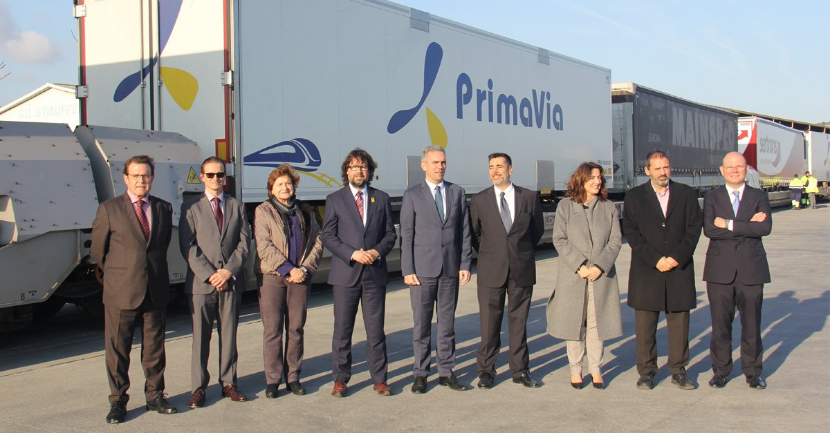 Foto de familia de los asistentes a la inauguración del servicio de VIIA en la terminal de Grupo Alonso en Can Tunis