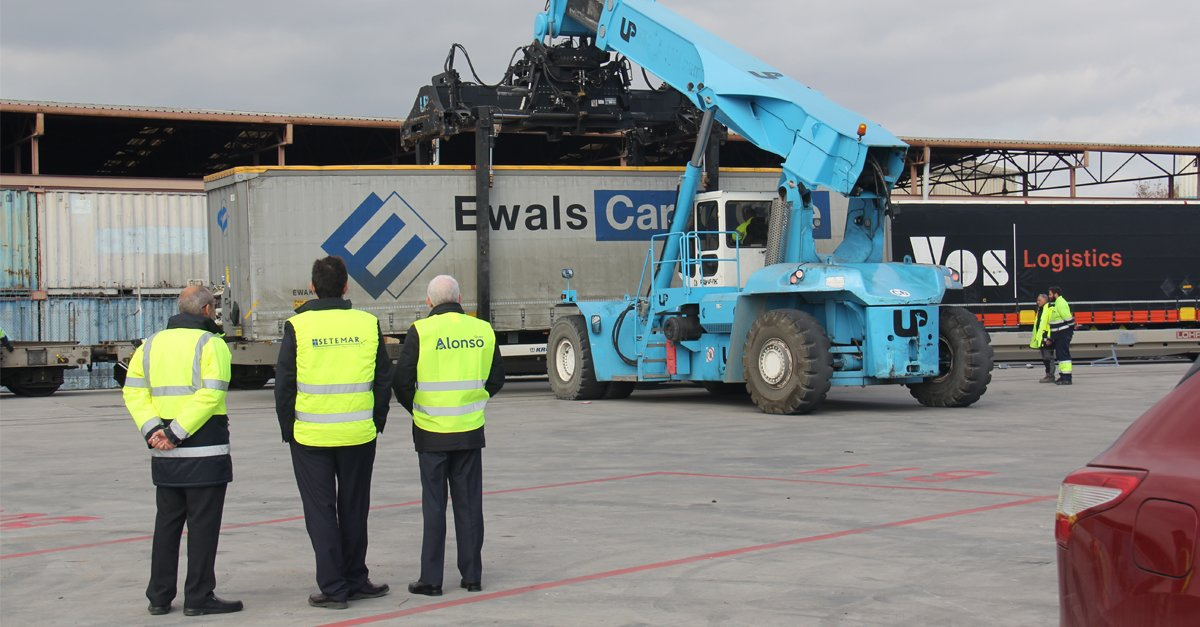 Reach stacker en la plataforma logistica intermodal de Can Tunis