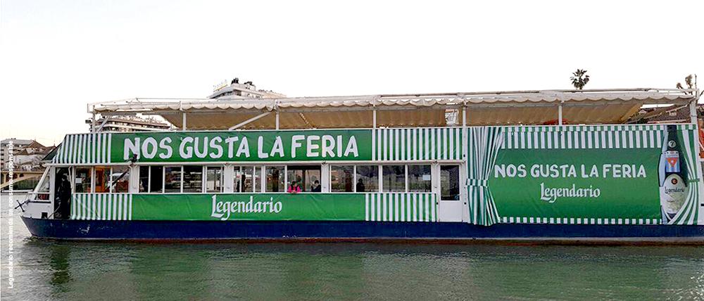 Barco de Ron Legendario surcando el Guadalquivir en la Feria de Sevilla