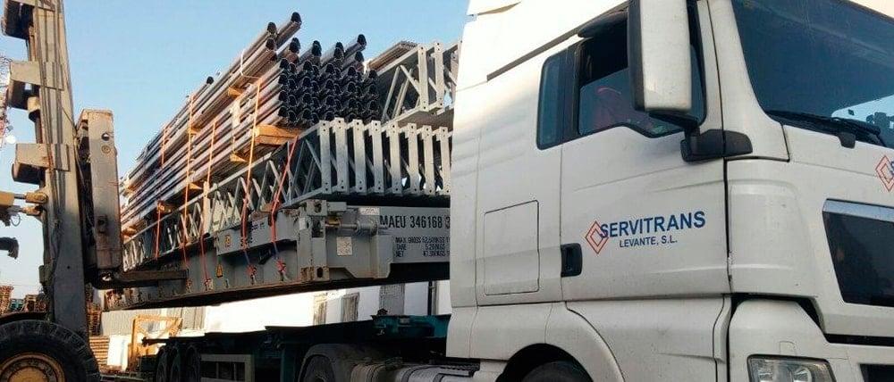 Operación de carga de material voluminoso en Servitrans.