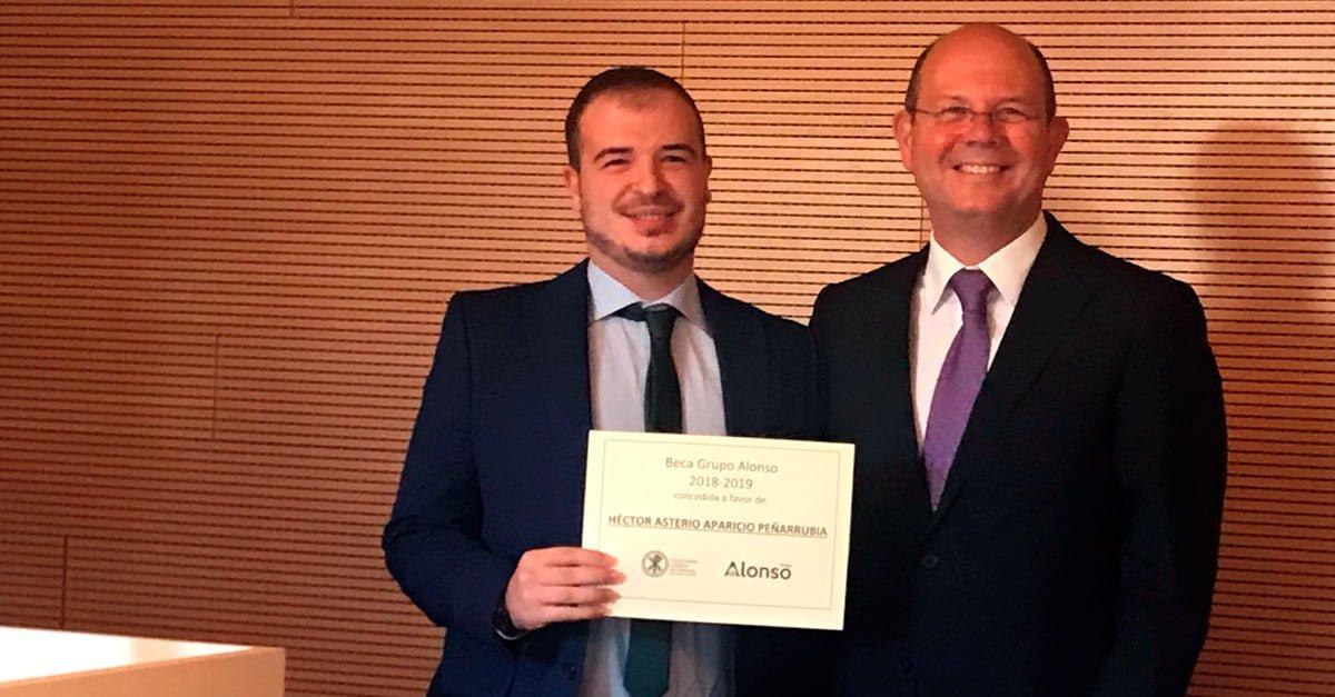 Héctor Aparicio recoge la II Beca Alonso de manos de Jorge Alonso, presidente y CEO de Grupo Alonso.