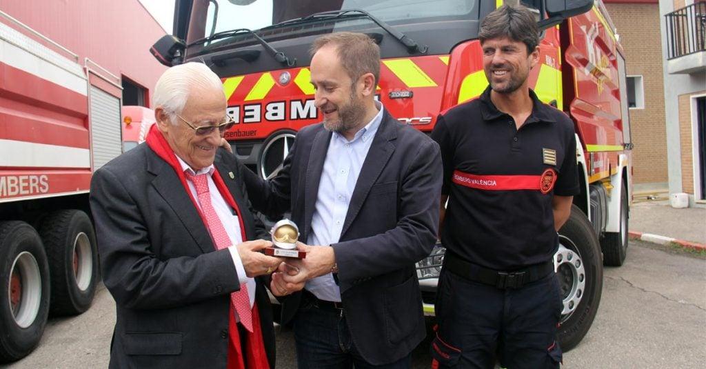 El Padre Ángel recibe una distinción de manos de Aaron Cano, concejal del Ayuntamiento de Valencia.