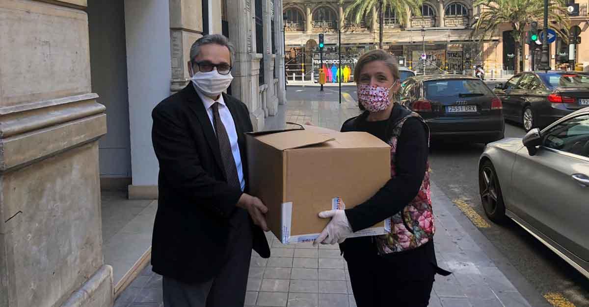 Entrega de una partida de mascarillas en Valencia.