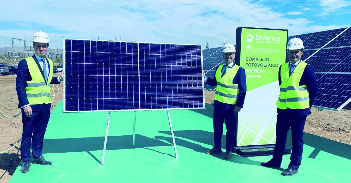 Momento de la instalación de un módulo fotovoltaico en el Complejo Fotovoltaico Huéneja.
